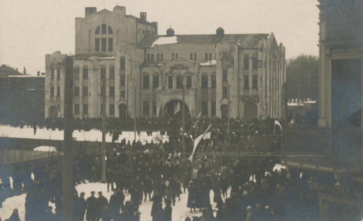 Public reading of the Estonian Declaration of Independence from the balcony of Endla Theatre in Pärnu. Photo: Collection of the Pärnu Museum