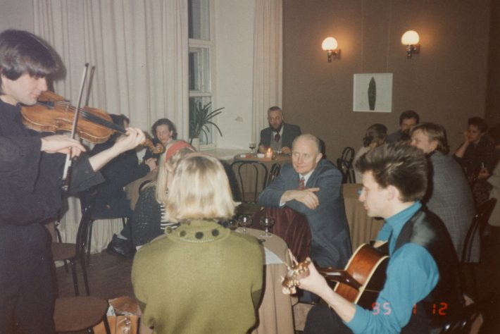 The Johansons family of musicians has played an integral role in the cultural relations between Estonia and Ireland, it is with their music that they have brought Estonia closer to Ireland. In the photo, Irish Ambassador Paul Dempsey is listening to Johansons in winter 1995. Photo: Krista Kaer's private collection