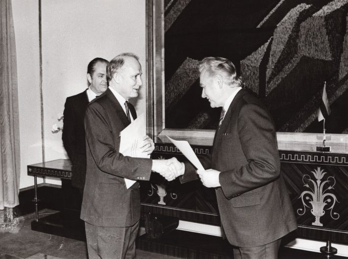 Ambassador of Ireland Paul Dempsey presenting his credentials to Arnold Rüütel, the Chairman of Supreme Council of the Republic of Estonia. Photo: Archives of the Ministry of Foreign Affairs of Estonia