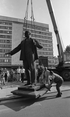 Taking down the statue of Lenin in front of the building of the Central Committee of the Estonian Communist Party (now the Ministry of Foreign Affairs) on 23 August 1991. Photo: Archives of the Ministry of Foreign Affairs of Estonia, Peeter Langovitš