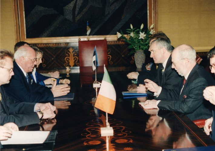 Prime Minister Bertie Ahern and President Lennart Meri in a meeting in Kadriorg Palace. Also pictured: Estonian Charge d'Affaires in Ireland Jüri Seilenthal (on the left) and Irish Ambassador to Estonia Dáithí O'Ceallaigh (on the right). Photo: Archives of the Ministry of Foreign Affairs of Estonia, Voldemar Maask