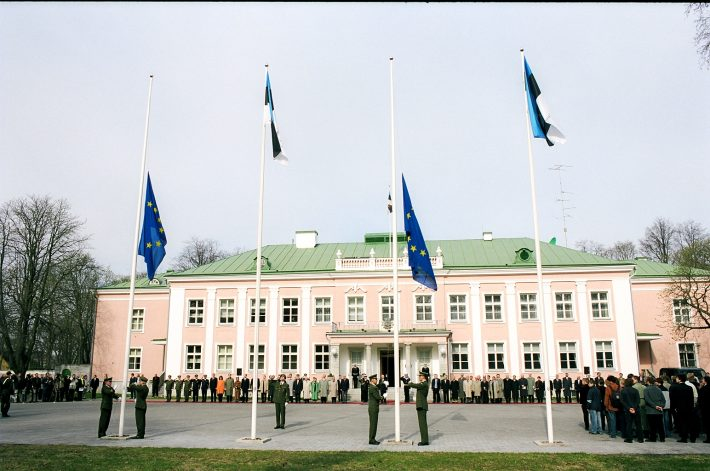 Hoisting of the European Union flags in front of Kadriorg Palace. Photo: Archives of the Ministry of Foreign Affairs of Estonia, Erik Peinar