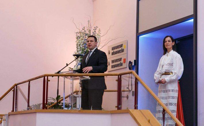 Prime Minister Jüri Ratas speaking in the National Concert Hall in Dublin. Pictured right: Estonian Ambassador to Ireland, Kristi Karelsohn. Photo: Jüri Ratas Facebook
